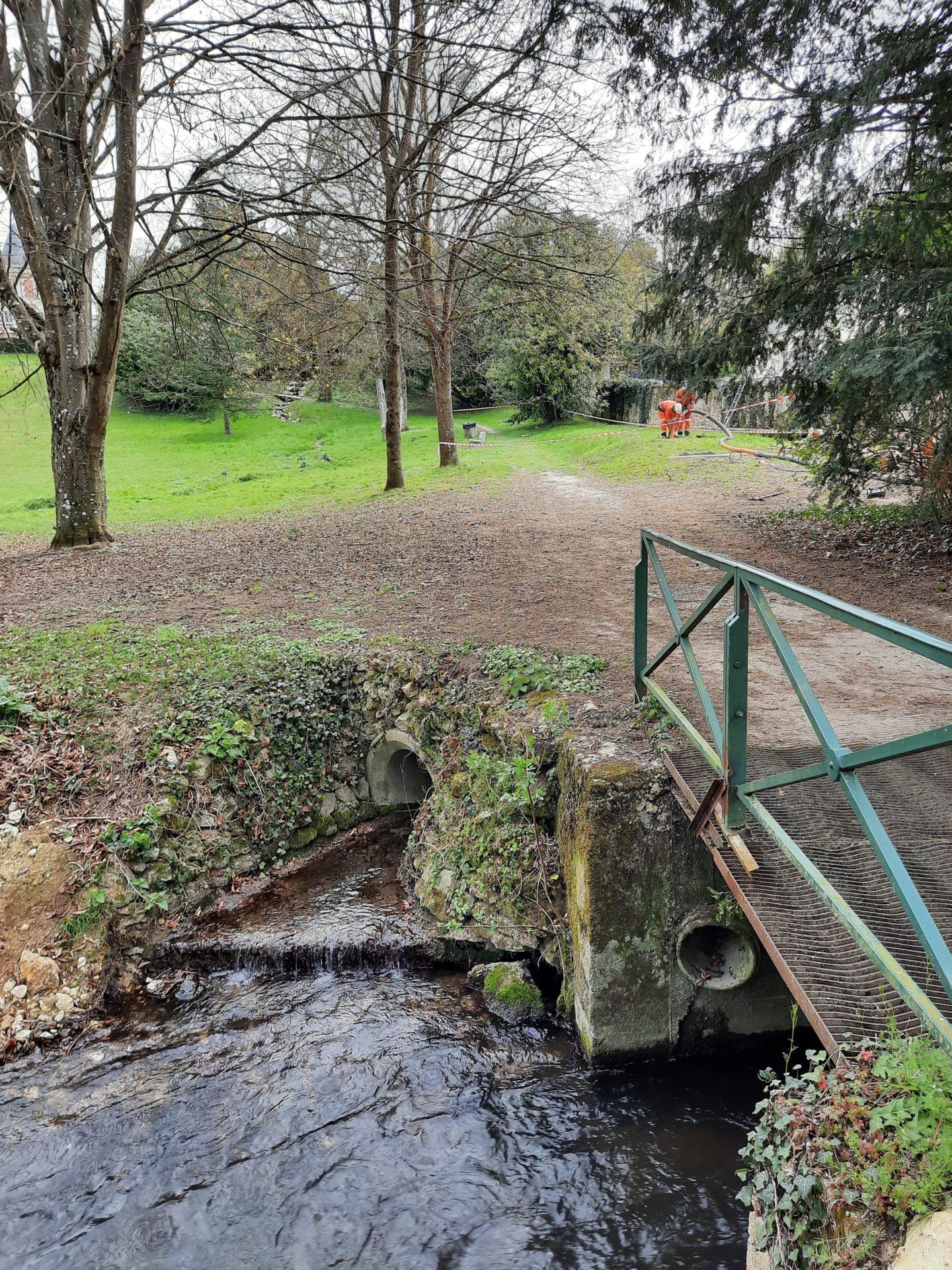 Pollution de la rivière Ecole dans le parc de la mairie de Pringy : Ne jetez plus de lingettes dans vos toilettes !